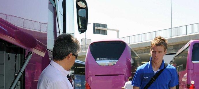 Sparťanská posila Střeštík před klubovým busem