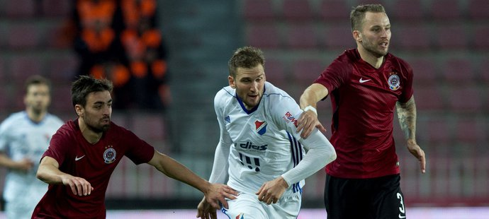 Zleva David Hovorka ze Sparty, Tomáš Poznar z FC Baník Ostrava a Michal Kadlec ze Sparty
