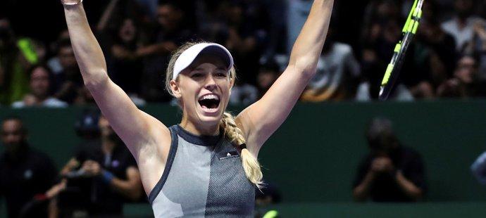 Vítězné gesto Caroline Wozniacké po triumfu ve finále Turnaje mistryň