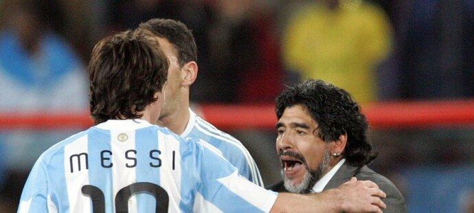 Diego Maradona naposledy vedl Argentinu v roce 2010, na snímku s Lionelem Messim