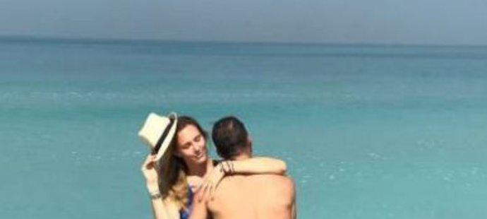 Je to láska! Nicole Vaidišová a Radek Štěpánek se mazlí na dovolené v Emirátech.