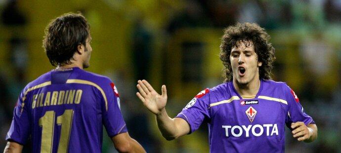 Alberto Gilardino a Stevan Jovetič z Fiorentiny během zápasu proti Sportingu Lisabon
