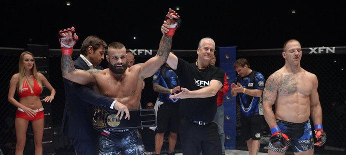 Karlos Vémola je vyhlašován vítězem souboje s Petrem Ondrušem a králem českého MMA