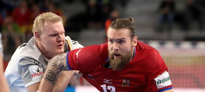 Pavel Horák uniká německé obraně v úvodním zápase čtvrtfinálové skupiny na ME házenkářů
