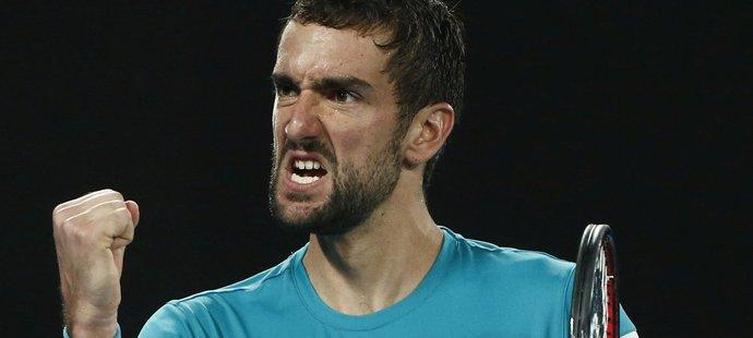 Marin Čilič se hecuje ve finále Australian Open proti Rogeru Federerovi