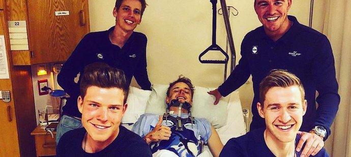 Cyklistu Petru Vakočovi sice minulý týden zpřelámala obratle srážka s náklaďákem a musel na operaci, ale v nemocnici už se zubí na celé kolo.