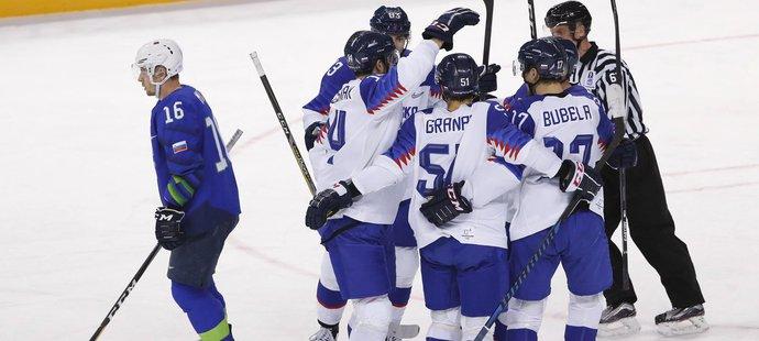 Slovenští hokejisté museli proti Slovincům dotahovat, nakonec padli v samostatných nájezdech