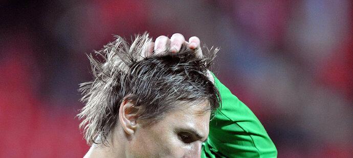 Martin Vaniak se drbe na hlavě po ostudném druhém poločase Slavie proti Lille