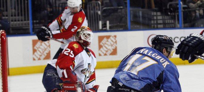 Keith Ballard (vzadu) trefuje hokejkou do hlavy Tomáše Vokouna, v popředí se zvedá střelec gólu Ilja Kovalčuk
