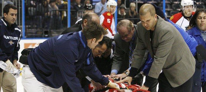 Lékaři odvážejí zraněného Tomáše Vokouna na nosítkách z ledu