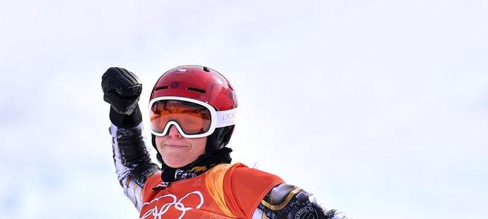Je to tam! Ester Ledecká se raduje z finálového triumfu v paralelním obřím slalomu snowboardistek