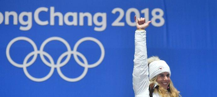 Ester Ledecká při přebírání druhého zlata předvedla surfařský pozdrav. Že by příslib na letní olympiádu?