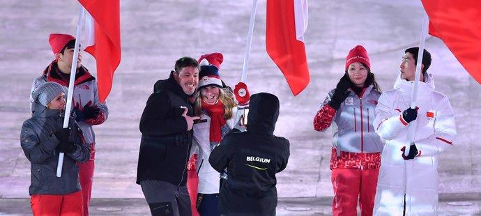 Ester Ledecká pózuje s někým z belgické výpravy na slavnostním zakončení olympiády