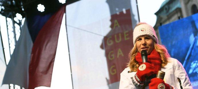 Ester Ledecká při přivítání od fanoušků na Staroměstském náměstí