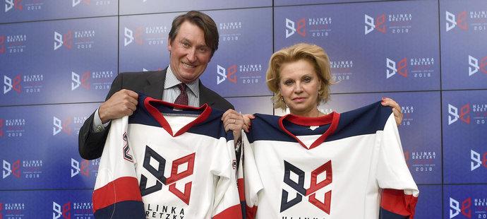 Wayne Gretzky a Liběna Hlinková pózovali v březnu s dresy propagujícími turnaj Hlinka Gretzky Cup
