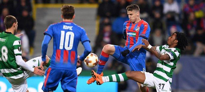 Jan Kovařík z Plzně v souboji o míč Martinsem Gelsonem ze Sportingu Lisabon