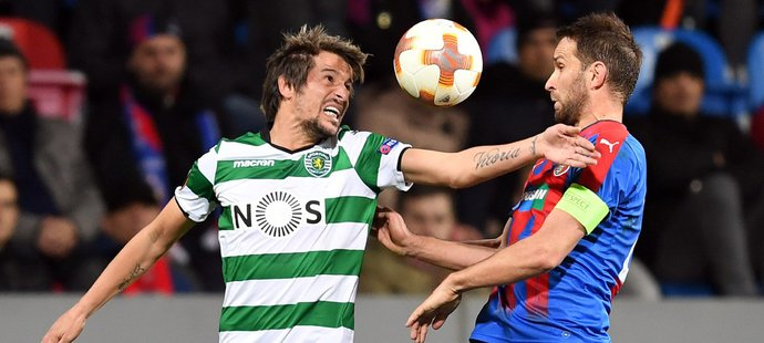 Fábio Coentrao ze Sportingu Lisabon v souboji s plzeňským Markem Bakošem