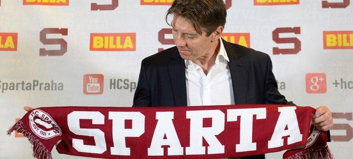 Nový kouč Sparty Uwe Krupp se kochá klubovou šálou po podpisu smlouvy