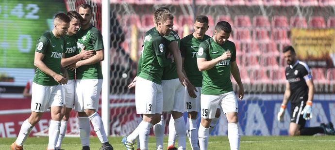 Fotbalisté Jablonce oslavují jeden z gólů do brněnské sítě