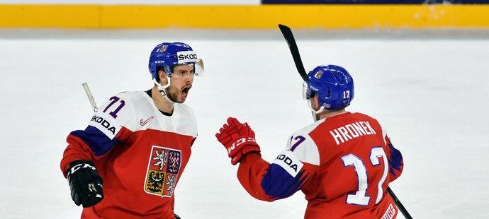 Tomáš Hyka (vlevo) se raduje z gólu Filipa Hronka (vpravo)