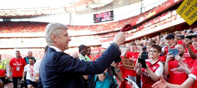 Loučící se Arséne Wenger si sundal kravatu a chystá se ji darovat jednomu z malých fanoušků