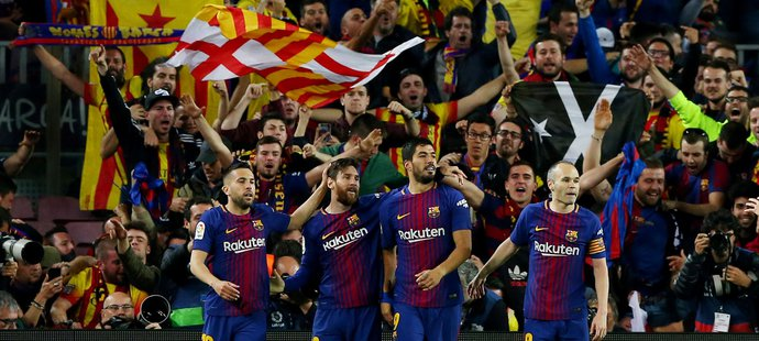 Hráči Barcelony slaví druhý gól do sítě Realu Madrid
