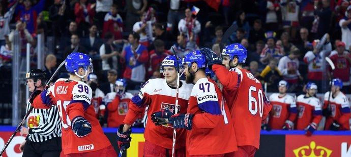 Čeští hokejisté se radují z třetí gólu utkání proti Rakousku, kterou vstřelil Dominik Kubalík