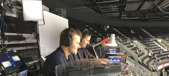 Dominik Hrachovina s Robertem Zárubou při komentování zápasu Slovensko - Bělorusko.