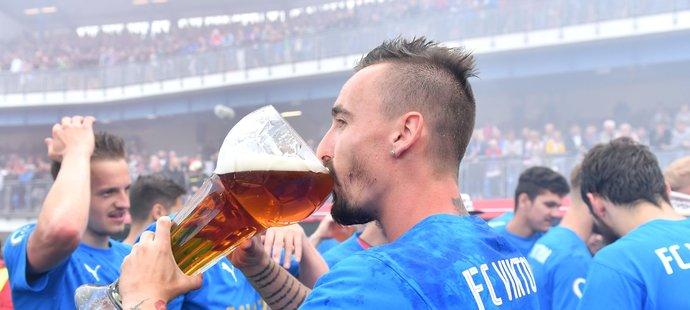 Martin Zeman si zavdává z poháru s pivem po plzeňském triumfu
