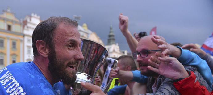 Roman Hubník se dělí o radost z mistrovského poháru i s fanoušky na náměstí