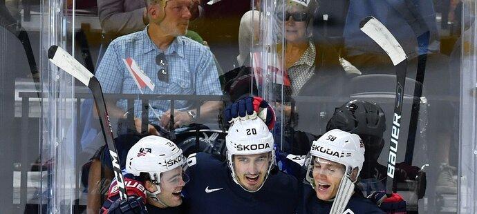 Američtí hokejisté se radují z úvodní branky utkání, kterou vstřelil útočník Chris Kreider
