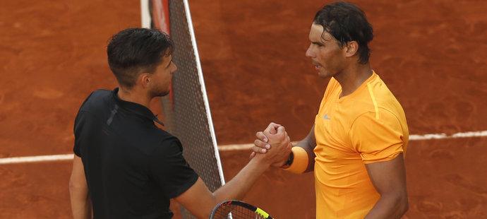 Dominic Thiem přijímá gratulaci od Rafaela Nadala
