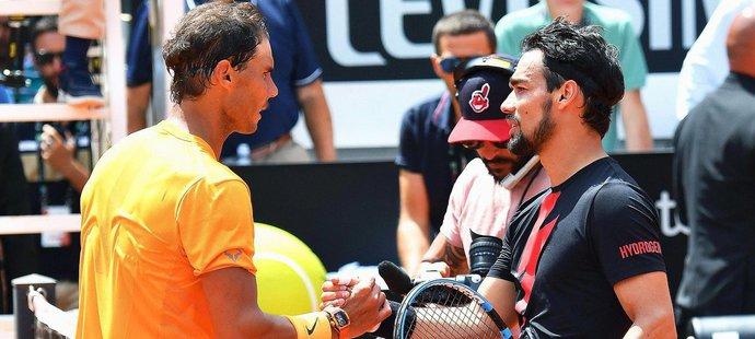 Fabio Fognini gratuluje k postupu Rafaelu Nadalovi