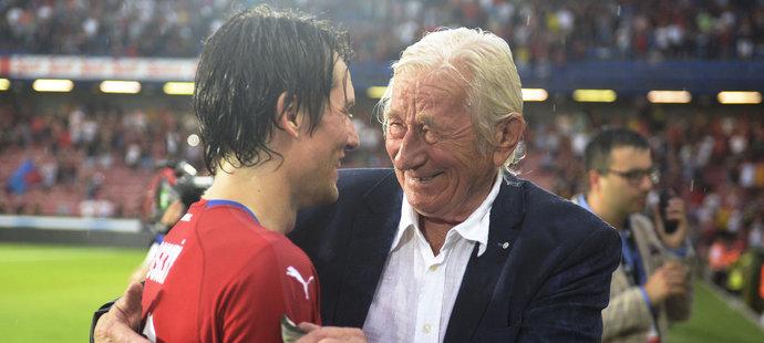 Karel Brückner gratuluje Tomáši Rosickému k jeho kariéře