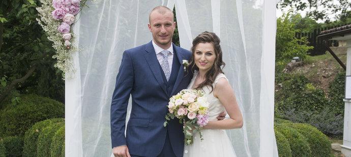 Ženich Michael Krmenčík s manželkou Denisou.