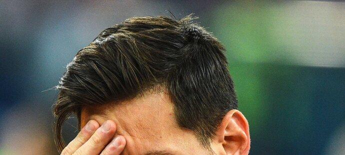 Lionel Messi si zakrývá tvář při hymně před zápase proti Chorvatsku