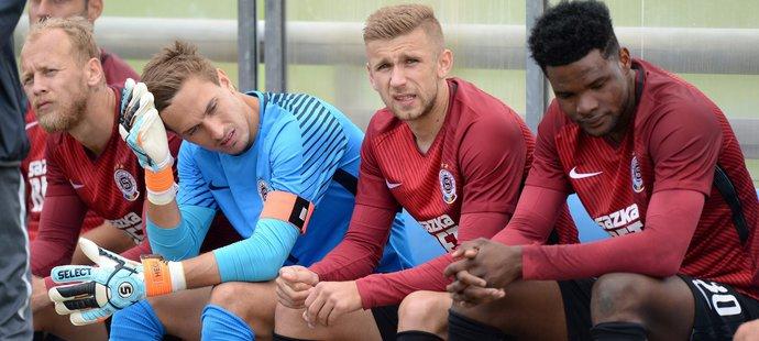 Zleva Kaya, Heča, Čivič a Tetteh na lavičce Sparty během poločasu utkání s Trenčínem
