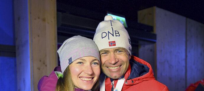 Darja Domračevová po boku manžela a další biatlonové legendy Oleho Einara Björndalena