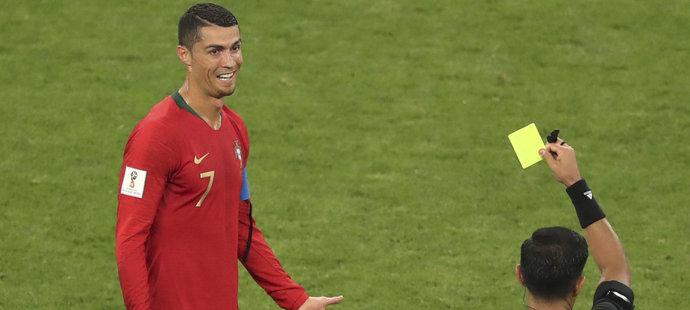 Cristiano Ronaldo udeřil soupeře loktem, místo červené karty ale přišla jen žlutá