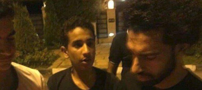 Mohamed Salah se zdraví s fanoušky, kteří dorazili před jeho dům
