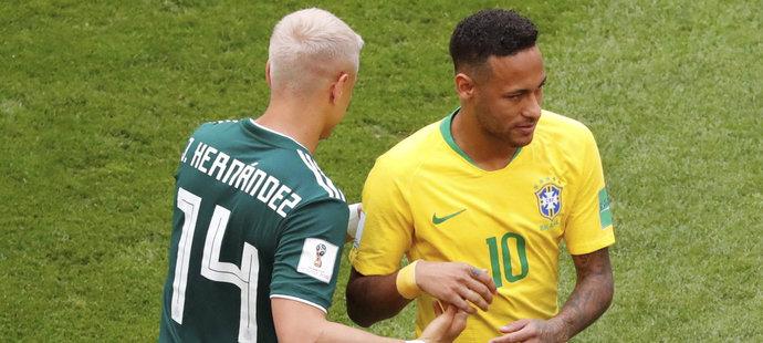 """Javier """"Chicharito"""" Hernandez a Neymar na začátku zápasu Mexika s Brazílií"""