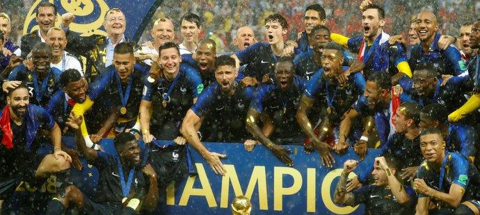 Francouzská euforie poté, co mužstvo převzalo pohár pro fotbalové mistry světa