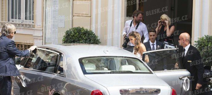 Karolína Plíšková a Michal Hrdlička při odjezdu ze svatby