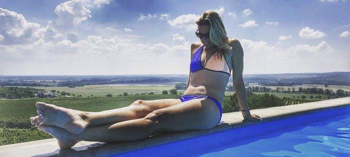Andrea Sestini Hlaváčková u bazénu na dovolené v Česku