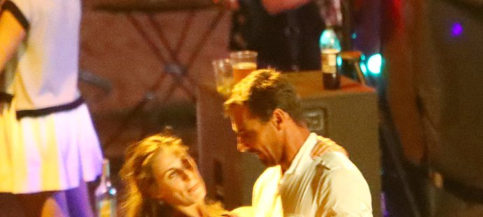 Hříšný tanec a líbačka Romana Šebrleho s dívkou v modrém.
