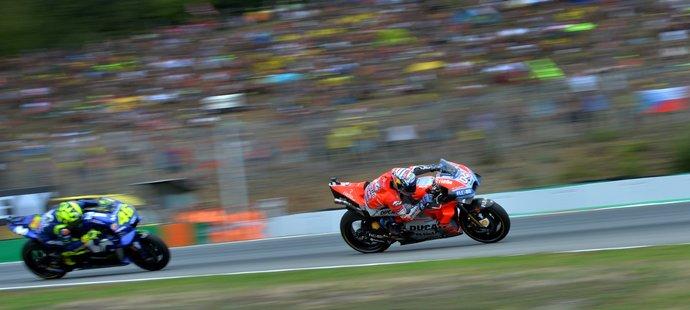 Valentino Rossi marně stíhá Andreu Doviziosa v brněnské GP