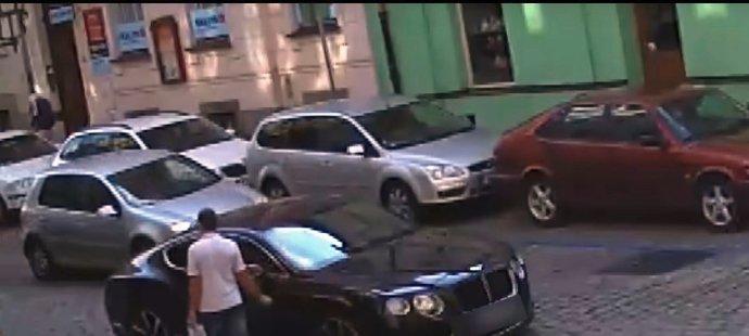 Dosud neznámý pachatel poškodil auto Davidu Limberskému. Zachytily ho při tom kamery.