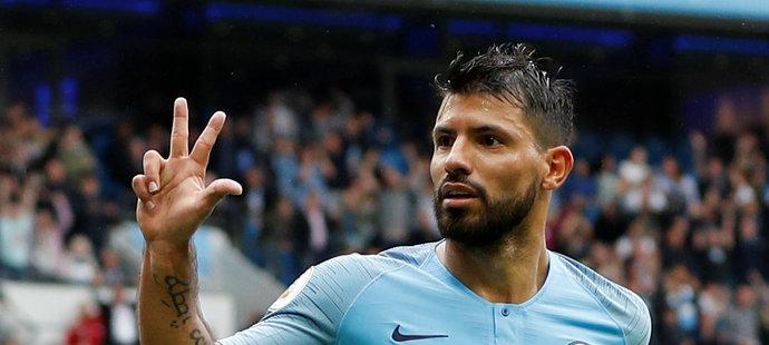 Na svých prstech ukázal Sergio Agüero přesný počte nastřílených gólů proti Huddersfieldu