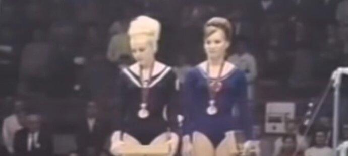 Slavné gesto Věry Čáslavské, která během sovětské hymny na stupních vítězů v Mexiku 1968 sklopila hlavu