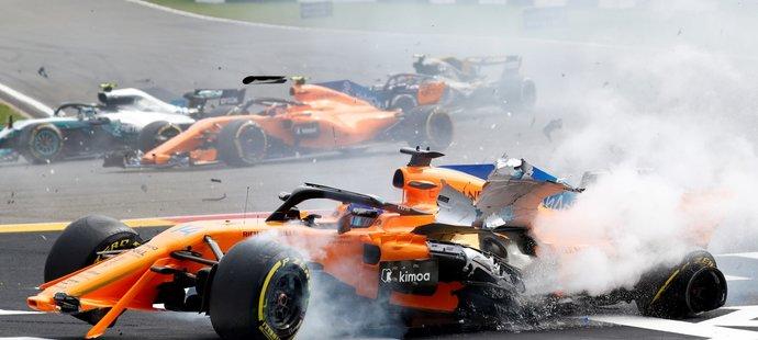 Zničený McLaren Fernanda Alonsa po nehodě v Belgii